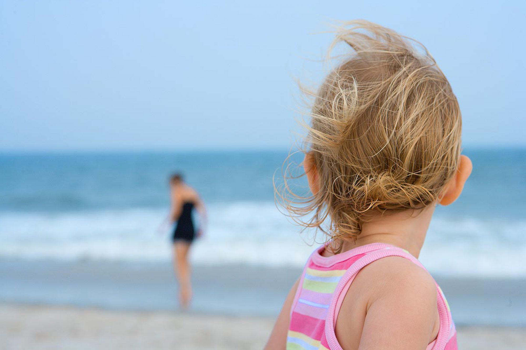back-of-baby-head-on-beach_Marchewka